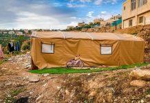 potret tenda keluarga Al-Mqdisi yang berdiri tepat di atas puing-puing rumahnya yang telah dirobohkan penjajah Israel. Foto: Palinfo