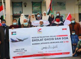 Warga Gaza, Palestina menggelar shalat gaib untuk korban sriwijaya air