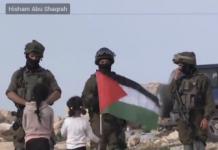 Tak Takut, Bocah Perempuan Kibarkan Bendera Palestina di Depan Tentara Israel